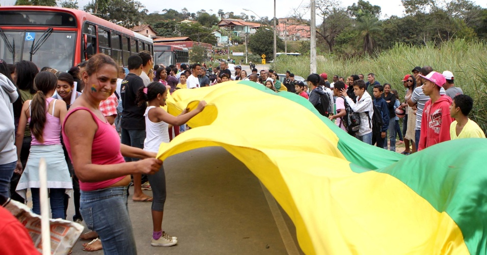 24.jun.2012 - Manifestantes fecham a rodovia MG 10 e bloqueiam a pista que dá acesso à Santa Luzia , na região metropolitana de Belo Horizonte, na manhã desta segunda-feira (24). Os manifestantes reivindicam saneamento básico, calçamentos nas ruas, melhorias no transporte público e redução do preço da passagem de ônibus, que atualmente e de R$ 3,90