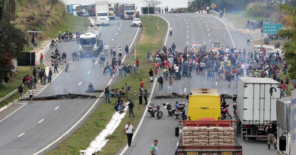 24.jun.2012 - Manifestantes fecham os dois sentidos da rodovia MG-50 que liga Juatuba (MG) a Mateus Leme, durante protesto na manhã desta segunda-feira (24)