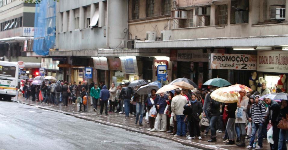24.jun.2013 - Agências bancárias, comércios e empresas de Porto Alegre, fecham mais cedo, colocam tapumes e dispensam empregados, devido ao protesto contra corrupção e falta de investimento público marcado para hoje