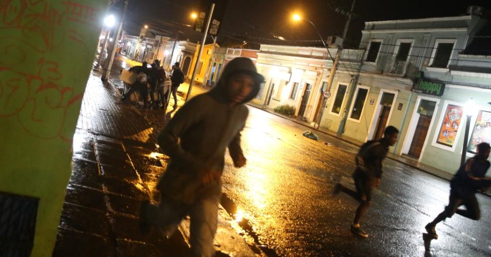 24.jun.2013 - Brigada Militar e manifestantes se enfrentam durante protestos no centro de Porto Alegre