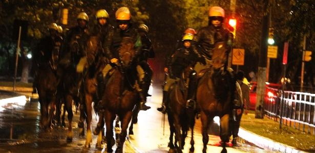 Cavalaria da Brigada Militar dispersa manifestantes no centro de Porto Alegre, em 2013