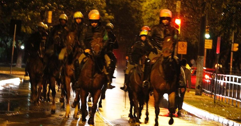 24.jun.2013 - Cavalaria da Brigada Militar dispersa manifestantes no centro de Porto Alegre. Quinze pessoas foram presas