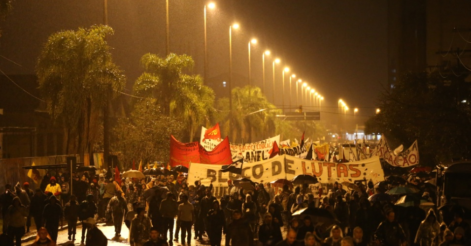 24.jun.2013 - Cerca de 8 mil pessoas protestam nas ruas de Porto Alegre. Até o momento, 15 pessoas foram presas durante confronto com o Batalhão de Operações Especiais (BOE) da Brigada Militar