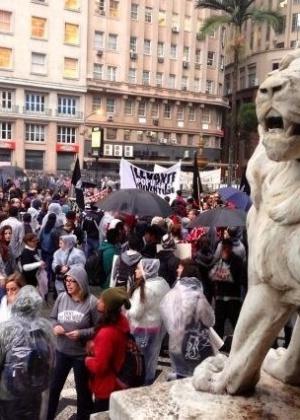 24.jun.2013 - Cerca de 3.000 manifestantes já se concentram em frente à Prefeitura de Porto Alegre no começo da noite desta segunda-feira