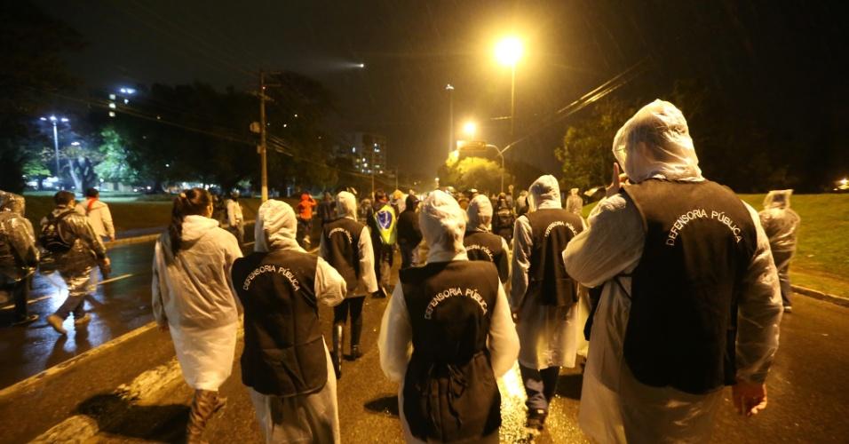 24.jun.2013 - Defensores públicos acompanham manifestação em Porto Alegre. Até o momento, 15 pessoas foram presas pelo Batalhão de Operações Especiais (BOE) da Brigada Militar
