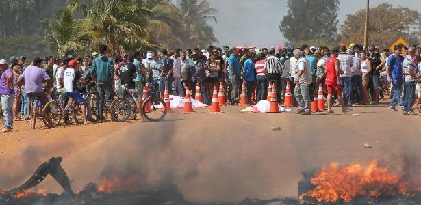 Manifestantes protestam em Cristalina, em Goiás. Duas mulheres morreram atropeladas quando iniciavam o bloqueio na BR-251 (km 14) por melhorias nas áreas de saúde, transporte e moradia  - Sergio Lima/Folhapress