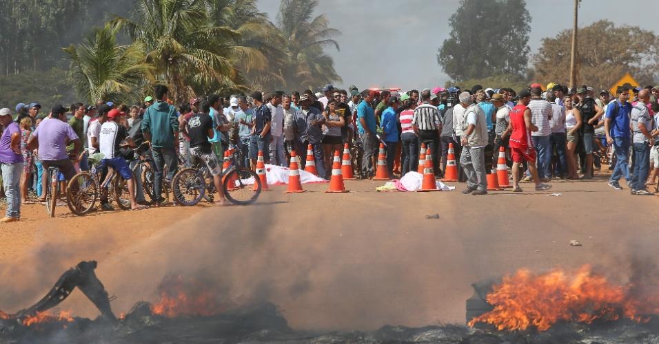 24.jun.2013 - Duas mulheres morreram atropeladas quando iniciavam o bloqueio na BR-251 (km 30) por melhorias nas áreas de saúde, transporte e pela a emancipação do Marajo, local onde moram, no municipio de Cristalina, em Goiás