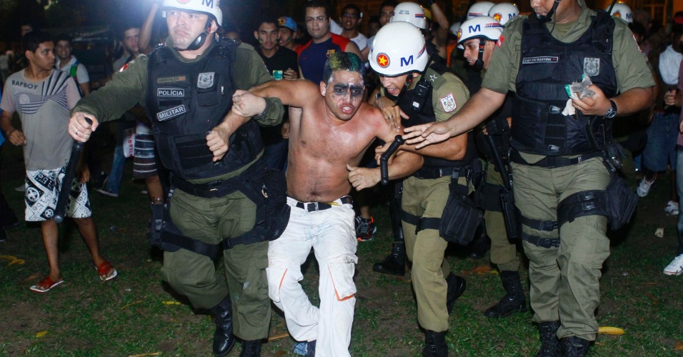 24.jun.2013 - Manifestante é detido durante protesto em Belém, na noite desta segunda-feira (24). Os manifestantes se concentraram em frente ao Mercado de São Brás e seguiram em direção à prefeitura de Belém