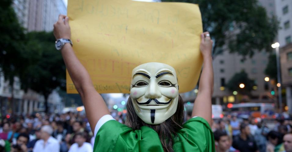 24.jun.2013 - Manifestante mascarado participa de protesto por melhores serviços públicos e contra a PEC 37, entre outras reivindicações, na região central do Rio de Janeiro (RJ), na noite desta segunda-feira