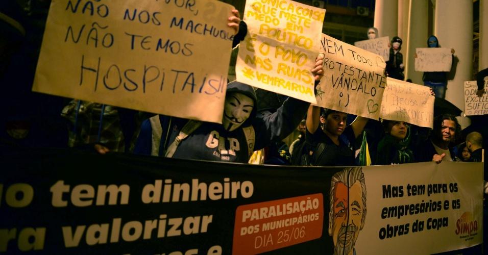 24.jun.2013 - Manifestantes caminham pelo centro de Porto Alegre, em protesto contra a corrupção e a falta de investimento público