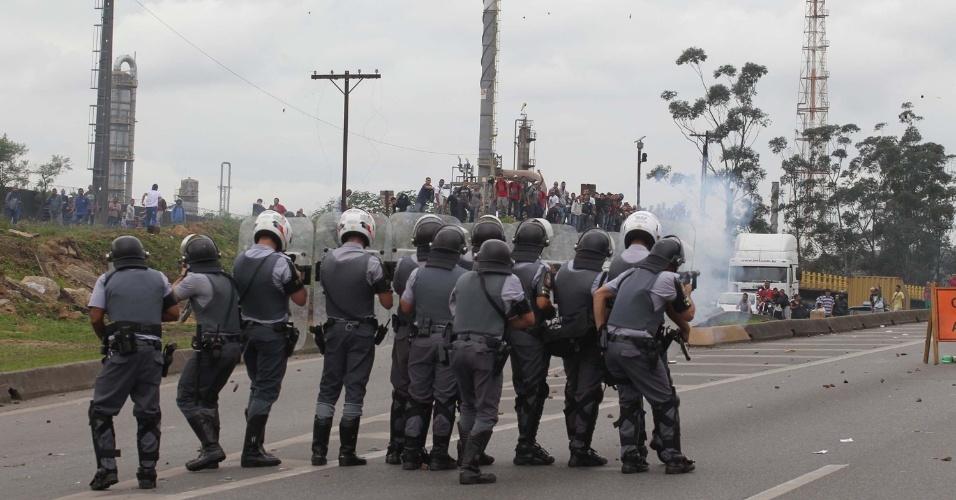 24.jun.2013 - Manifestantes fecharam a rodovia Cônego Domênico Rangoni no km 268, na região de Cubatão (SP), na manhã desta segunda-feira (24), em protesto pela redução da tarifa do transporte público na cidade. Cerca de 500 pessoas entraram em confronto com a PM após um grupo ter colocado fogo em um ônibus na entrada da cidade