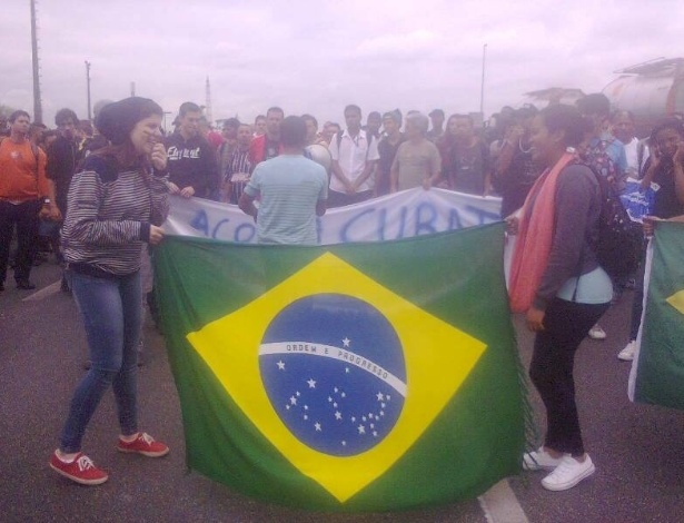 24.jun.2013 - Manifestantes protestam pela redução no valor da passagem de ônibus em Cubatão (56 km de São Paulo), na rodovia Cônego Domênico Rangoni, na altura do km 268, sentido Guarujá, na manhã desta segunda-feira (24). A Tropa de Choque da PM (Polícia Militar) dispersou os manifestantes após quase quatro horas de protesto
