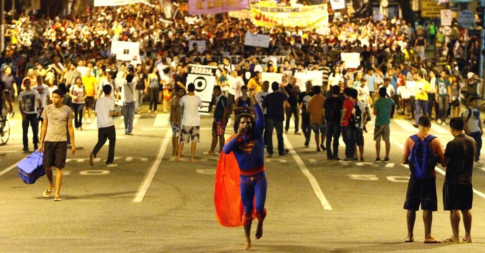 24.jun.2013 - Manifestantes se concentraram em frente ao Mercado de São Brás e seguiram em direção à prefeitura de Belém em protesto, nesta segunda-feira (24)