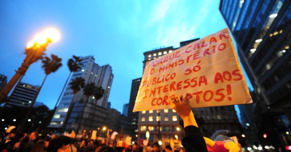 24.jun.2013 - Manifestantes se reúnem no centro de Porto Alegre para protestar contra o aumento das tarifas de transporte coletivo