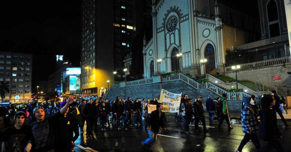 24.jun.2013 - Manifestantes se reuniram em frente ao monumento ao Imigrante e bloquearam a rodovia BR-116, em Caxias do Sul, em protesto, nesta segunda-feira (24)