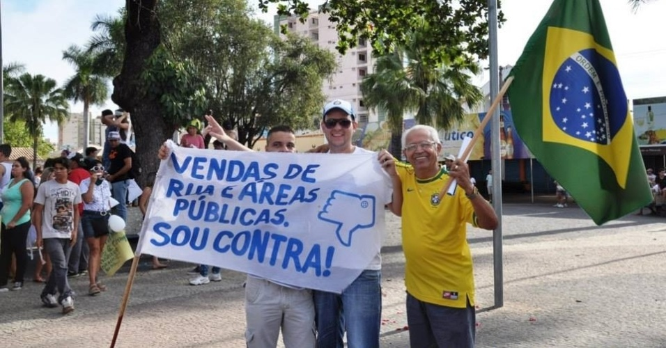 24.jun.2013 - O internauta Nikolas Delfino Alves Silva enviou fotos de um protesto em Caldas Novas (GO). Uma das reclamações eram as vendas de ruas públicas