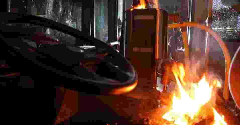 24.jun.2013 - Passageiros atearam fogo em ônibus na rodoviária do Plano Piloto, em Brasília, na noite desta segunda-feira (24). Eles também atiraram pedras e paus nos veículos estacionados. O ato ocorreu após um protesto de motoristas e cobradores de ônibus, que fecharam os acessos à rodoviária. Os trabalhadores temem perder os empregos com as mudanças no sistema de transporte público da cidade - Andre Borges/Folhapress