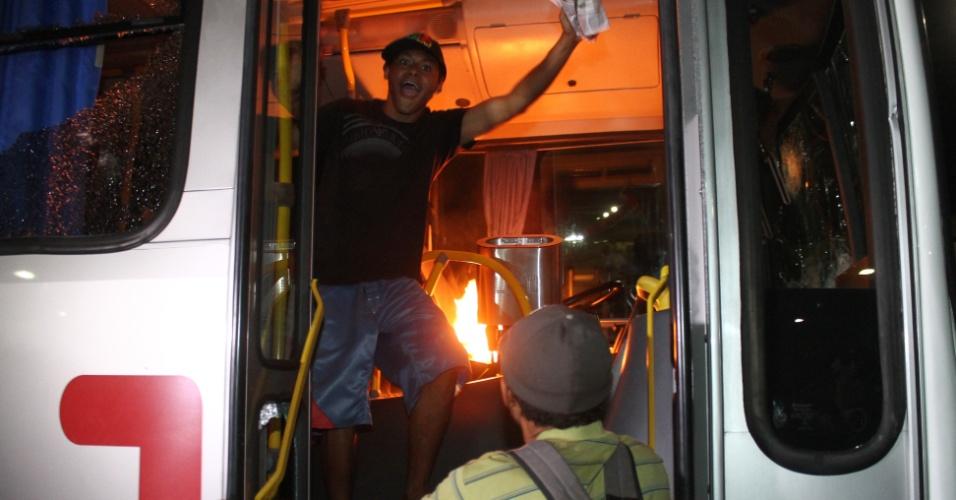 24.jun.2013 - Passageiros atearam fogo em ônibus na rodoviária do Plano Piloto, em Brasília, na noite desta segunda-feira (24). Eles também atiraram pedras e paus nos veículos estacionados. O ato ocorreu após um protesto de motoristas e cobradores de ônibus, que fecharam os acessos à rodoviária. Os trabalhadores temem perder os empregos com as mudanças no sistema de transporte público da cidade