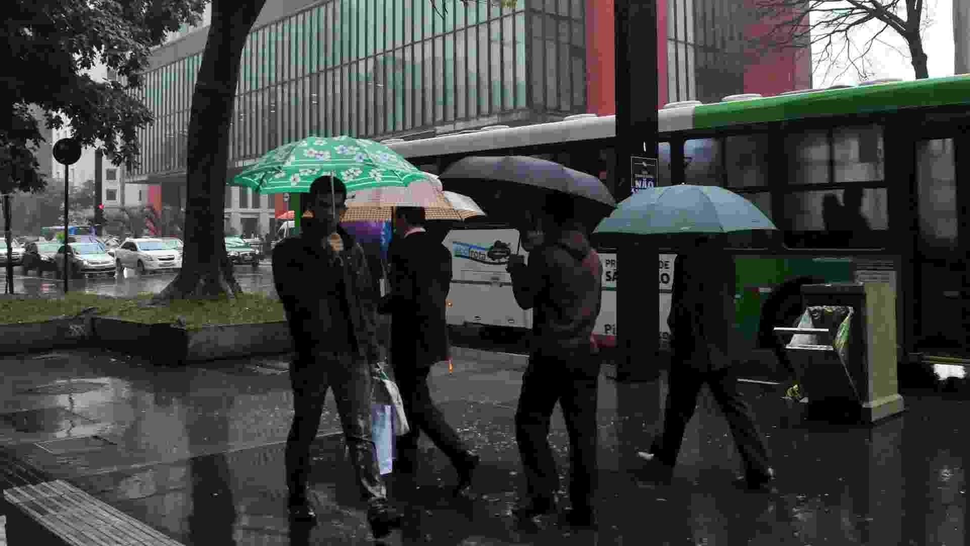 24.jun.2013 - Pedestre enfrenta chuva e frio na região da avenida Paulista em São Paulo, na tarde desta segunda-feira (24) - J. Duran Machfee/Futura Press