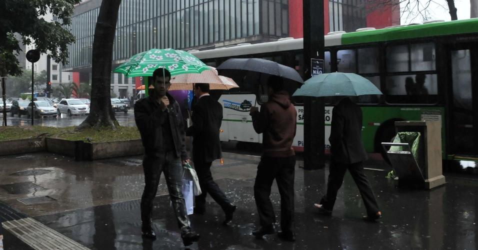 24.jun.2013 - Pedestre enfrenta chuva e frio na região da avenida Paulista em São Paulo, na tarde desta segunda-feira (24)