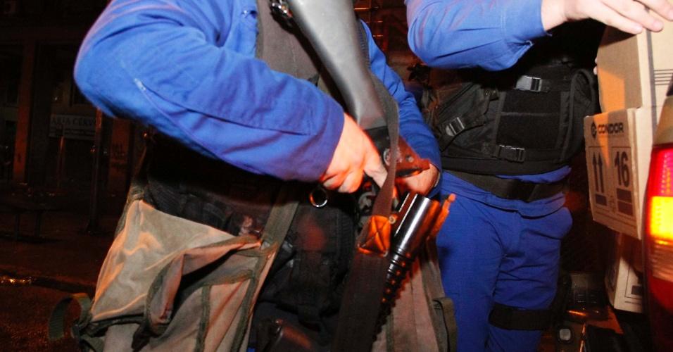24.jun.2013 - Policial segura arma durante protesto no centro de Porto Alegre, nesta segunda-feira (24). A cavalaria da Brigada Militar dispersou manifestantes. Quinze pessoas foram presas