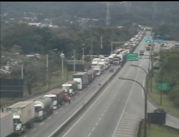 24.jun.2013 - Rodovia Anchieta tem tráfego congestionado na altura de Cubatão (SP), na chegada à baixada santista, devido a um protesto que interdita a rodovia Cônego Domênico Rangoni na manhã desta segunda-feira (24)