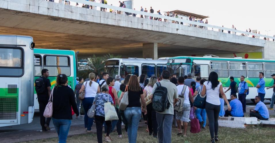 24.jun.2013 - Rodoviários realizam paralisação e protesto nas imediações da Rodoviária do Plano Piloto, em Brasília. O grupo bloqueou faixas de trânsito no Eixo Monumental