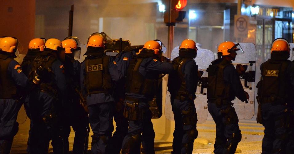 24.jun.2013 - Tropa de choque e cavalaria entram em confronto com manifestantes durante protesto, em Porto Alegre