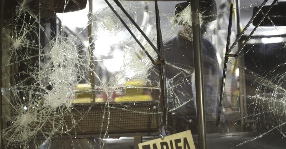 24.jun.2013 - Vidros de ônibus são quebrados por passageiros que jogaram pedras nos veículos na rodoviária do Plano Piloto, em Brasília, na noite desta segunda-feira (24). O ato ocorreu após um protesto de motoristas e cobradores de ônibus, que fecharam os acessos à rodoviária. Os trabalhadores temem perder os empregos com as mudanças no sistema de transporte público da cidade