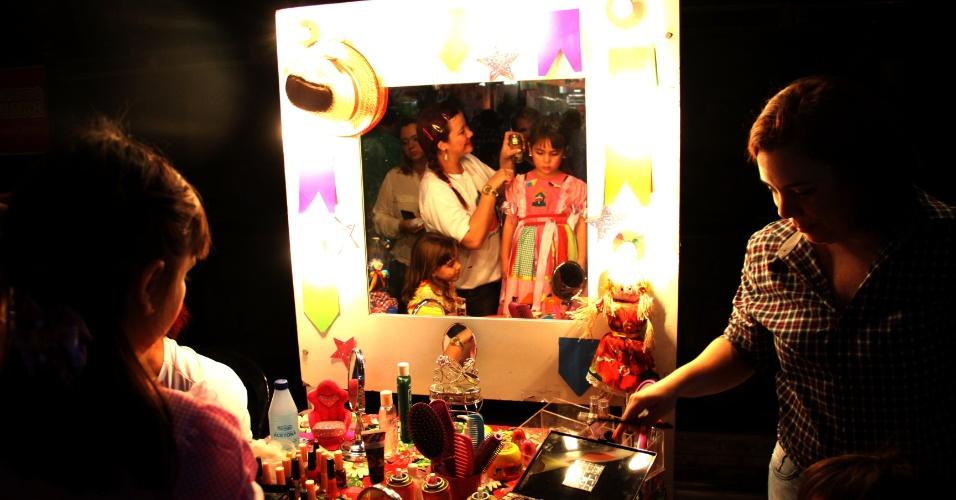 """9.jun.2013 - Crianças se arrumam para quadrilha em """"mini São João"""", que contou com brincadeira e comidas típicas, trio de Sanfoneiros e """"A Bandinha"""" que tocou musicas infantis no ritmo de forró, no Recife"""