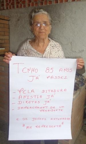 Dona Tereza, de São José dos Campos, interior de São Paulo, mostra cartaz em apoio aos manifestantes