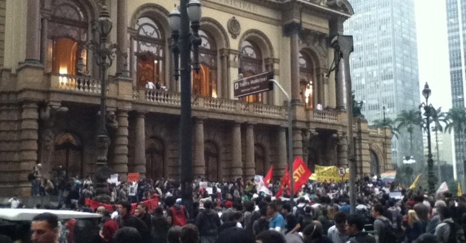 Luiz Paulo Monteiro de Almeida Alves (luizpaulo_pg@hotmail.com) presenciou o ato contra o aumento da tarifa dos transportes públicos em frente ao Theatro Municipal, em São Paulo