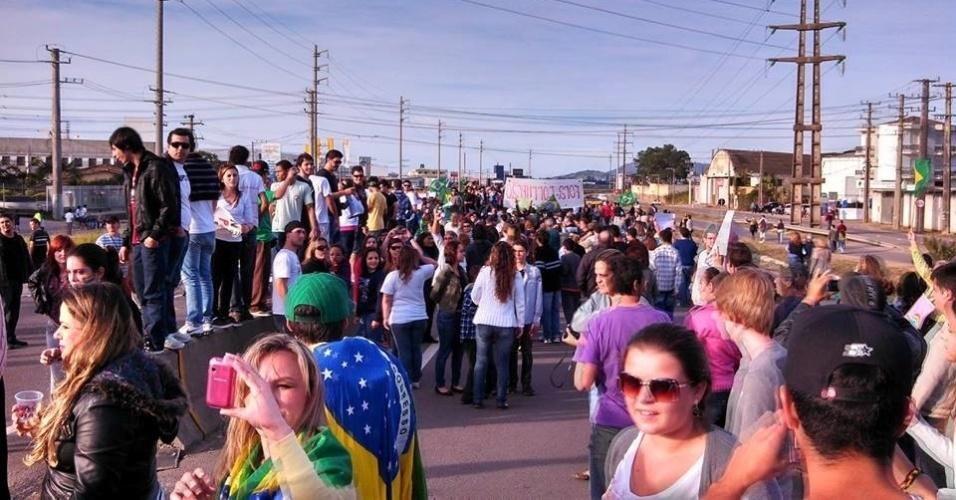 O internauta Giovane Gaspar Benedet fotografou a BR 101, na cidade de Tubarão (SC) interditada por conta de um protesto