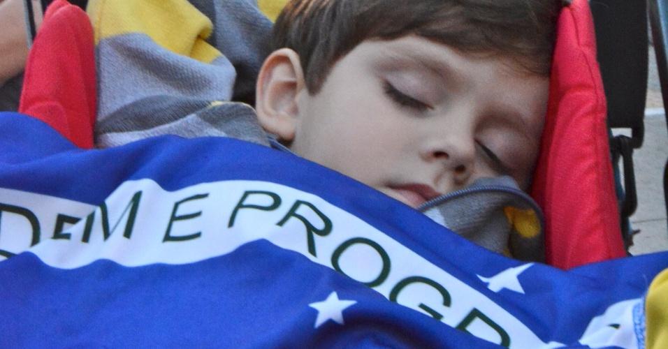 O internauta Marcio M. da Costa Salles registrou o filho dormindo em um carrinho durante ato realizado em São Paulo, no dia 18 de junho