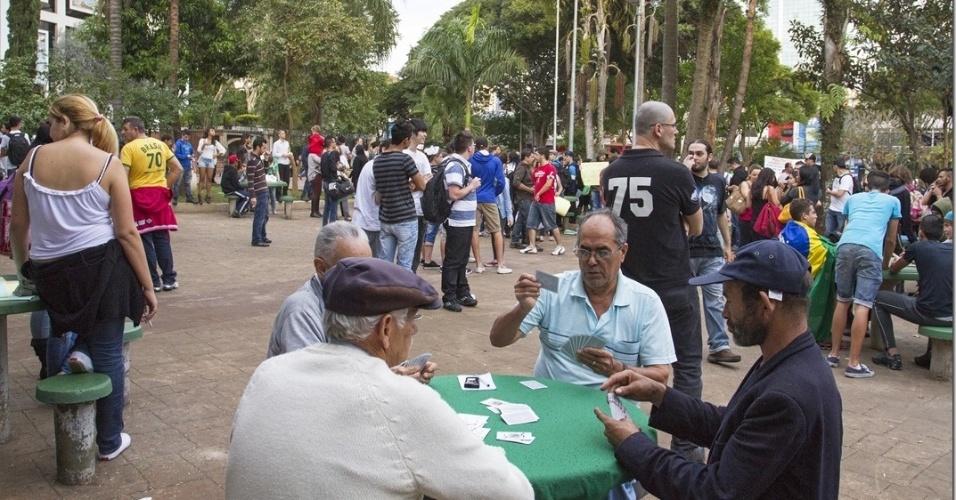 O internauta Paulo Lopes fotografou a praça Silvio Romero, localizada no bairro do Tatuapé, em São Paulo, antes do início dos protestos na região no dia 21 de junho. Idosos jogavam baralho enquanto os manifestantes se organizavam