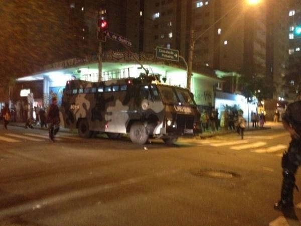O internauta Raphael Tsavkko (@Tsavkko) mandou uma foto de um tanque da Tropa de Choque, na avenida Paulista, em São Paulo, durante protesto na região