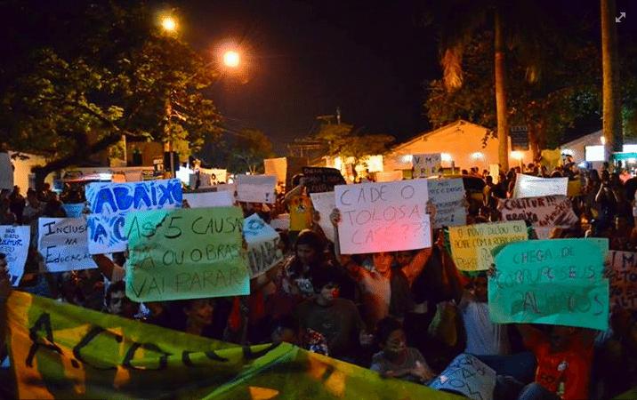 17.jun.2013 - O internauta Wado registrou protesto em Paraty (RJ) onde, segundo ele, compareceram por volta de 1.500 pessoas. A principal reivindicação dos manifestantes é pela diminuição da tarifa de ônibus coletivo e melhoria do serviço de transporte