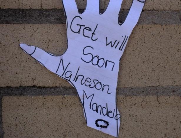 19.jun.2013 - Mensagem com desejo de melhoras para Nelson Mandela é colada no muro do hospital onde o ex-presidente sul-africano está internado desde o dia 8 de junho, em Petrória, na África do Sul