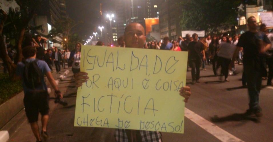 24.jun.2013 - Internauta participou de protesto que começou na Praça da Sé e passou pela avenida Paulista, ambas na região central de São Paulo, na noite desta segunda-feira. Segundo ele, crianças, idosos é até mulheres grávidas participavam do ato