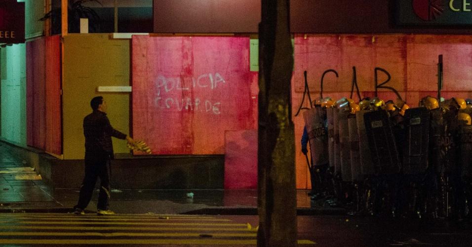 24.jun.2013 - Manifestantes entraram em confronto com a polícia durante protesto em Porto Alegre, na noite desta segunda-feira (24). Cerca de 10 mil pessoas se reuniram nas ruas da cidade