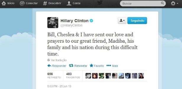 """25.jun.2013 - A ex-secretária de Estados dos Estados Unidos, Hillary Clinton, escreve em nome de sua família ao ex-presidente da África do Sul, Nelson Mandela, em sua conta no Twitter. """"Bill [Clinton], Chelsea e eu enviamos nosso amor e nossas orações ao nosso grande amigo, Madiba, a sua família e a sua nação neste momento difícil"""", escreveu. Mandela está internado em estado crítico em um hospital de Pretória, na África do Sul"""