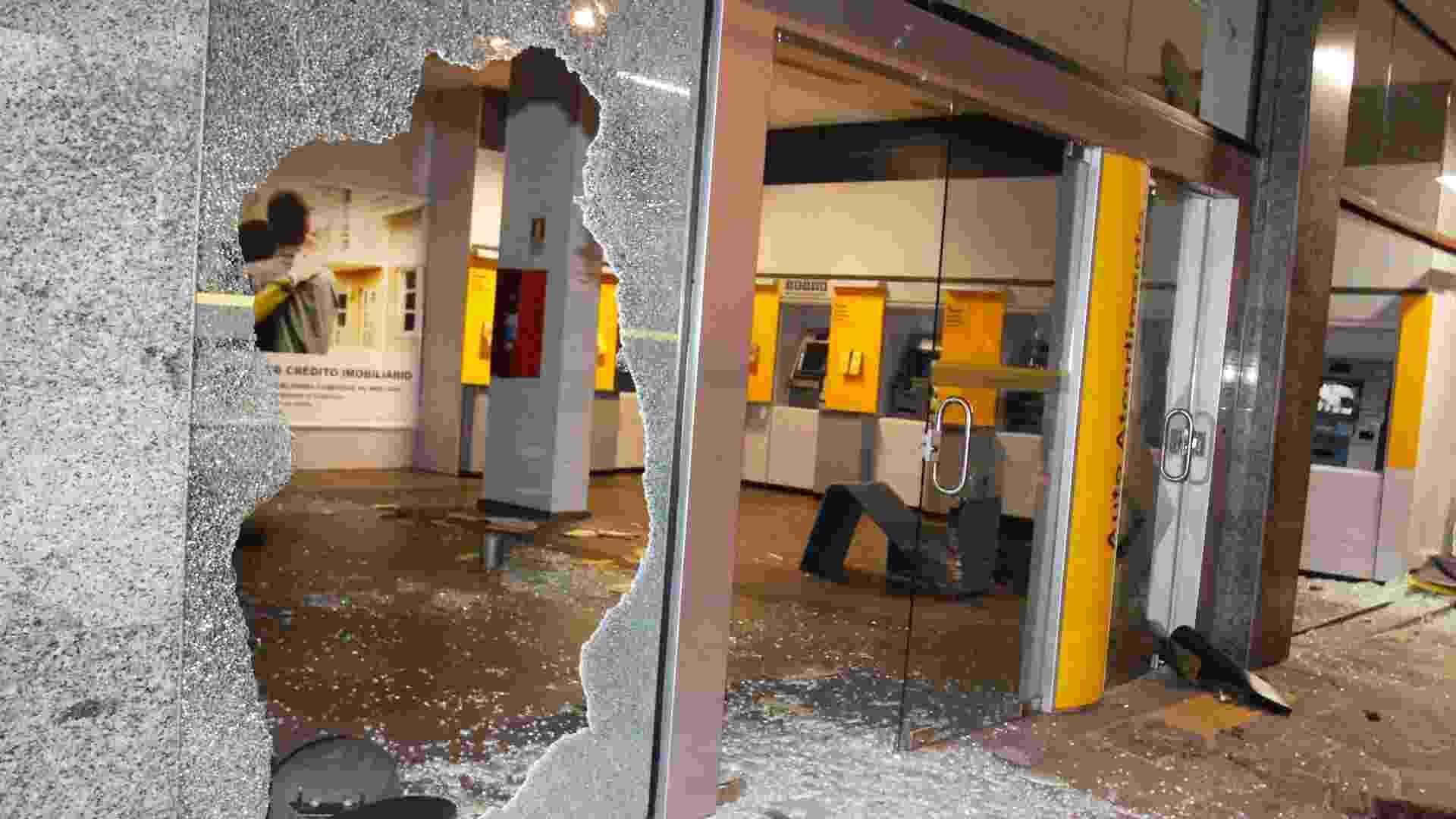 25.jun.2013 - Agência bancária de Porto Alegre foi alvo de depredações durante protesto realizado nesta segunda-feira (24). Caixas eletrônicos foram destruídos e vidros foram quebrados - Itamar Aguiar/Futura Press