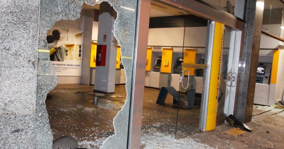 25.jun.2013 - Agência bancária de Porto Alegre foi alvo de depredações durante protesto realizado nesta segunda-feira (24). Caixas eletrônicos foram destruídos e vidros foram quebrados