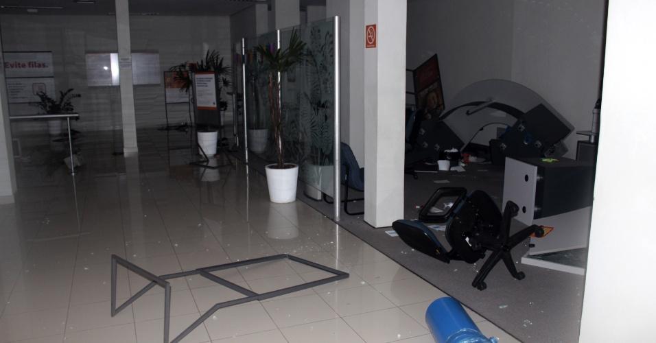25.jun.2013 - Agência bancária na rua José do Patrocínio, bairro Cidade Baixa, foi depredada durante protesto na noite de segunda-feira (24), em Porto Alegre. O vandalismo durante o protesto se concentrou na região central e os bairros Cidade Baixa e Bom Fim