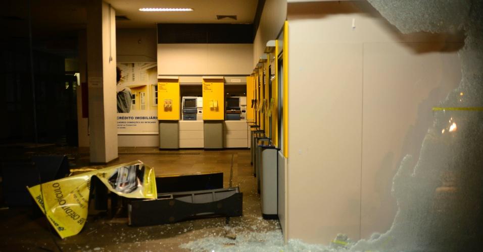 25.jun.2013 - Agência do Banco do Brasil, localizada na avenida Venâncio Aires, em Porto Alegre, foi alvo de depredações durante protesto na segunda-feira (24). Caixas eletrônicos foram destruídos e vidros foram quebrados