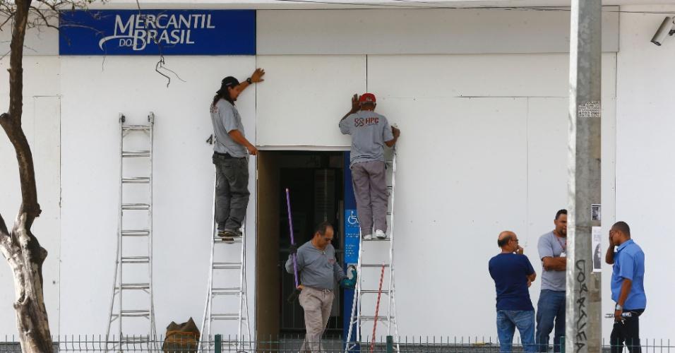 25.jun.2013 - Bancos cobriram vidraças com tapumes na avenida Antônio Carlos, em Belo Horizonte, para proteger de possíveis depredações durante protestos