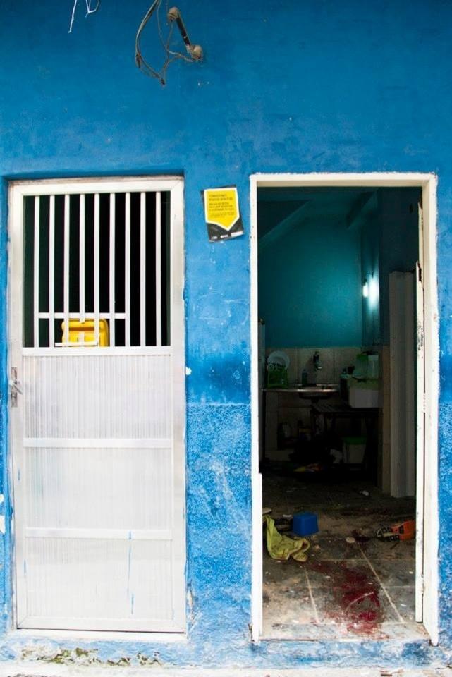 25.jun.2013 - Casa de morador na favela Nova Holanda, no complexo da Maré, no Rio de Janeiro, onde o Bope fez operação da noite de segunda (24) até a tarde desta terça-feira (25); moradores do local acusam os policiais de invadirem casas e usarem de truculência com moradores. No final da tarde desta terça, a polícia reconstituiu os tiroteios onde ocorreram nove mortes --uma delas de um PM do Bope. Durante a reconstituição não ocorreram incidentes