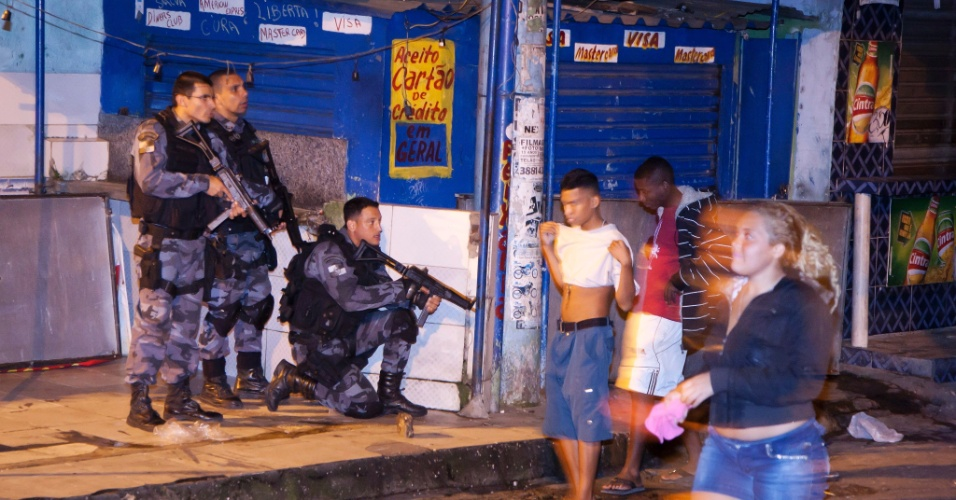 25.jun.2013 - Confronto entre policiais e traficantes na favela Nova Holanda, no Complexo da Maré, acaba em mortes no Rio de Janeiro. Moradores aguardam a situação se acalmar para poderem voltar às suas casas durante a madrugada desta terça-feira