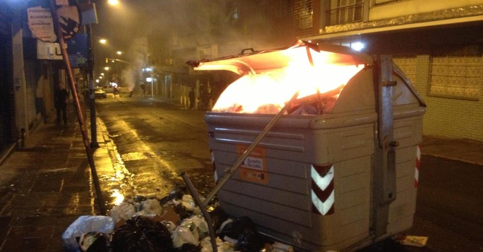 25.jun.2013 - Contêiner de lixo é incendiado durante protesto na noite de segunda-feira (24), em Porto Alegre. Ao todo 17 contêiners foram depredados. O vandalismo durante o protesto se concentrou na região central e os bairros Cidade Baixa e Bom Fim