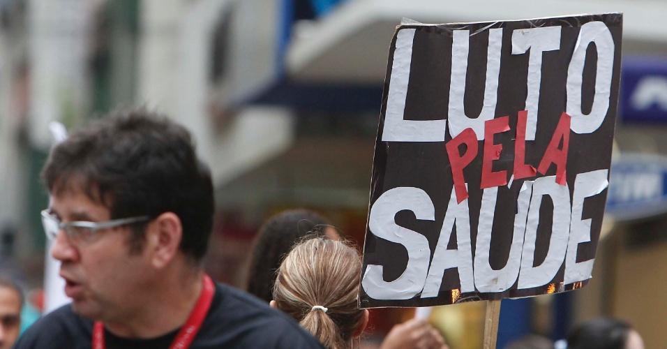 25.jun.2013 - Funcionários da saúde protestaram por melhores salários e melhores condições de trabalho no centro de Porto Alegre, nesta terça-feira (25)